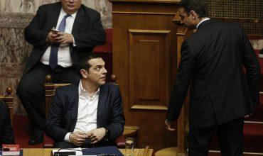 Ο πρωθυπουργός Αλέξης Τσίπρας συνομιλεί με τον πρόεδρο της ΝΔ Κυριάκο Μητσοτάκη στη συζήτηση και ψηφοφορία επί της προτάσεως της κυβερνητικής πλειοψηφίας για τη συγκρότηση επιτροπής προκαταρκτικής εξέτασης για την υπόθεση NOVARTIS, στην Ολομέλεια της Βουλής, Τετάρτη 21 Φεβρουαρίου 2018. ΑΠΕ-ΜΠΕ/ΑΠΕ-ΜΠΕ/ΑΛΕΞΑΝΔΡΟΣ ΒΛΑΧΟΣ